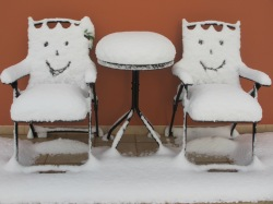 Smiley, snowy bistro set in Salento!